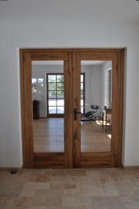 zweiflüglige Zimmertür mit Lichtausschnitten in Altholz