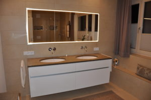 Doppelwaschtisch mit beleutetem Spiegel