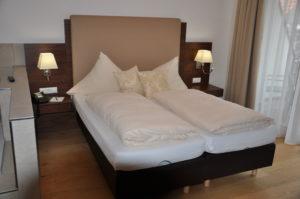 Doppelbett in Nussbaum